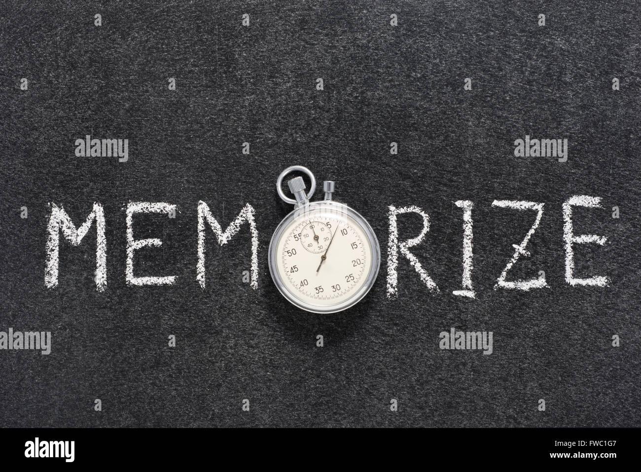 Memorize Word manuscrito en pizarra con vintage cronómetro exacto utilizado en lugar de O Imagen De Stock