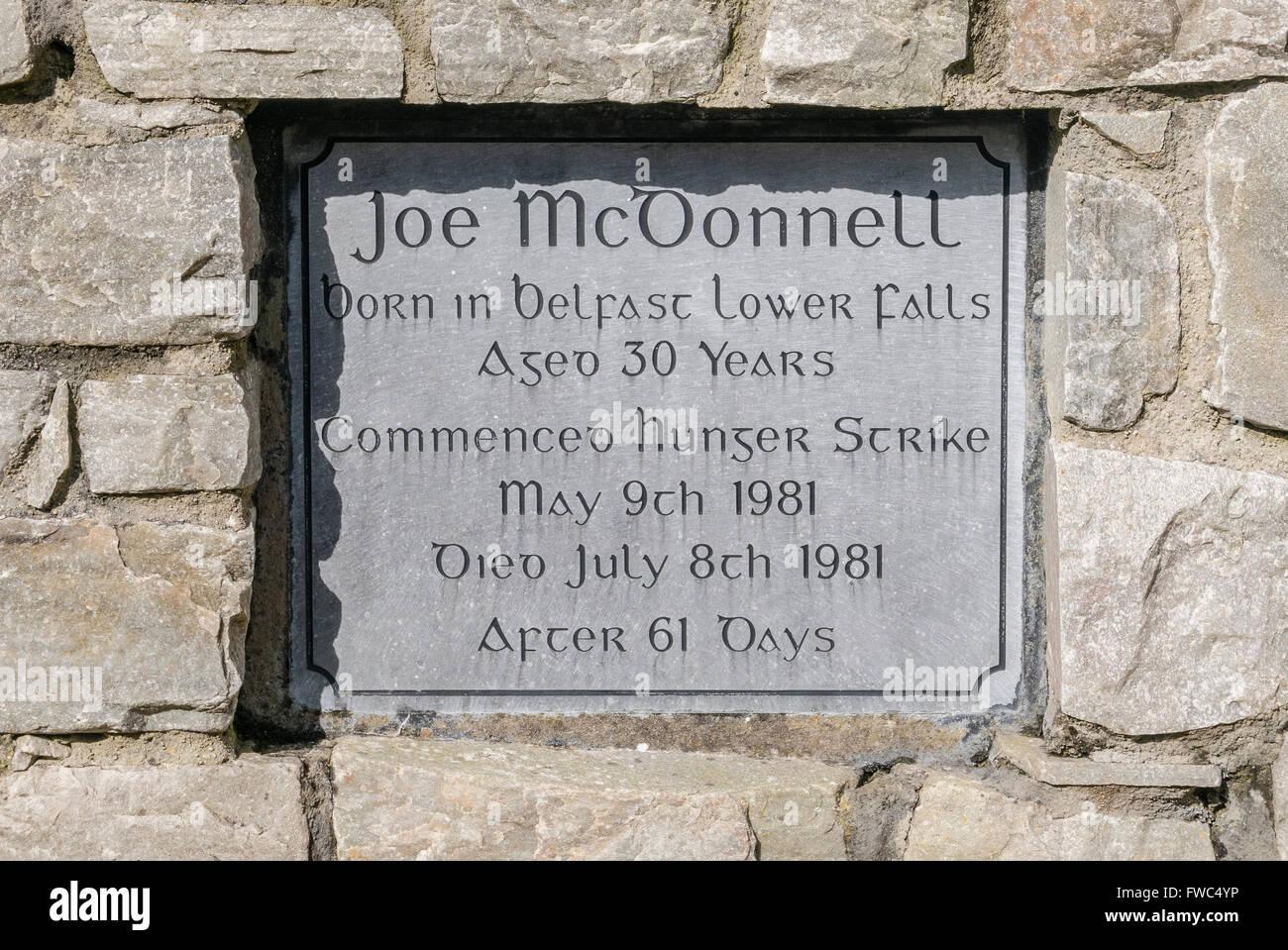 Placa conmemorativa en un jardín del recuerdo para el 1981 huelguista de  hambre Republicano Irlandés Joe 6dd9d2dc242