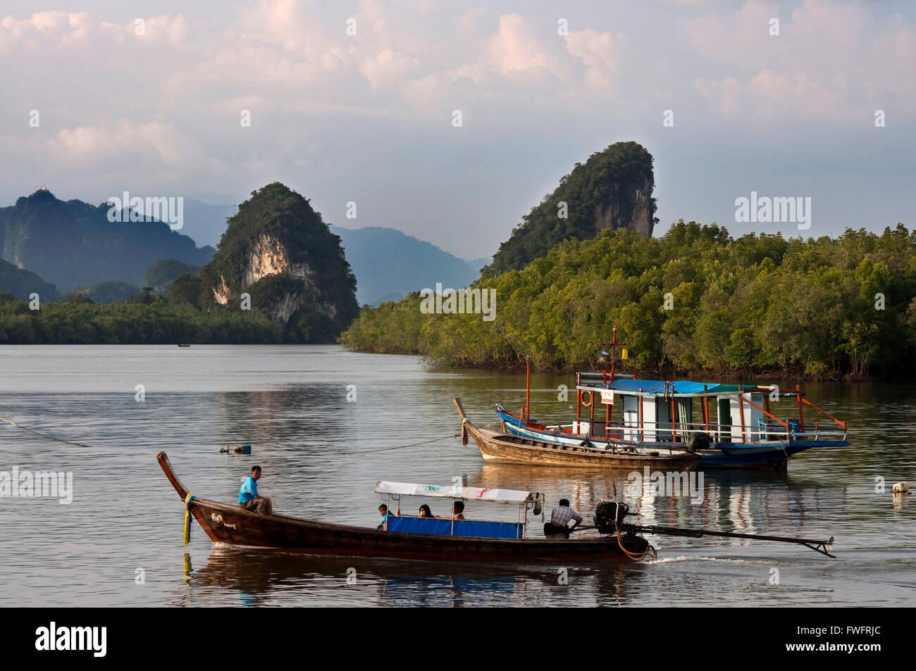 Khao Khanap Nam. Río Krabi y Kanab Nam Twin Peaks en la distancia, la ciudad de Krabi, la provincia de Krabi, Tailandia, Foto de stock