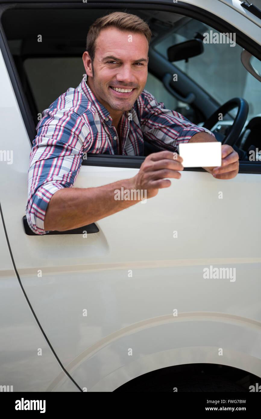 Joven mostrando su licencia de conductores Imagen De Stock