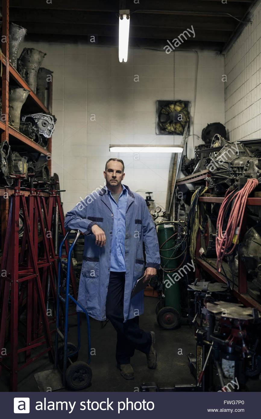 Retrato seguro mecánico taller de reparación de automóviles Imagen De Stock