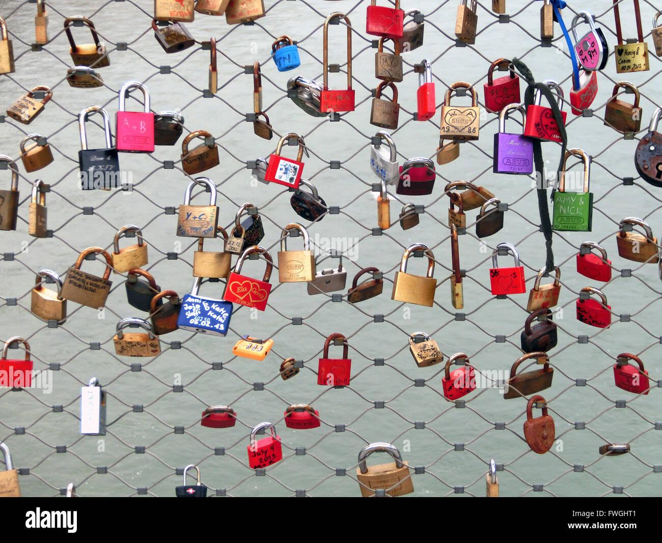 Candados en Chainlink valla Imagen De Stock