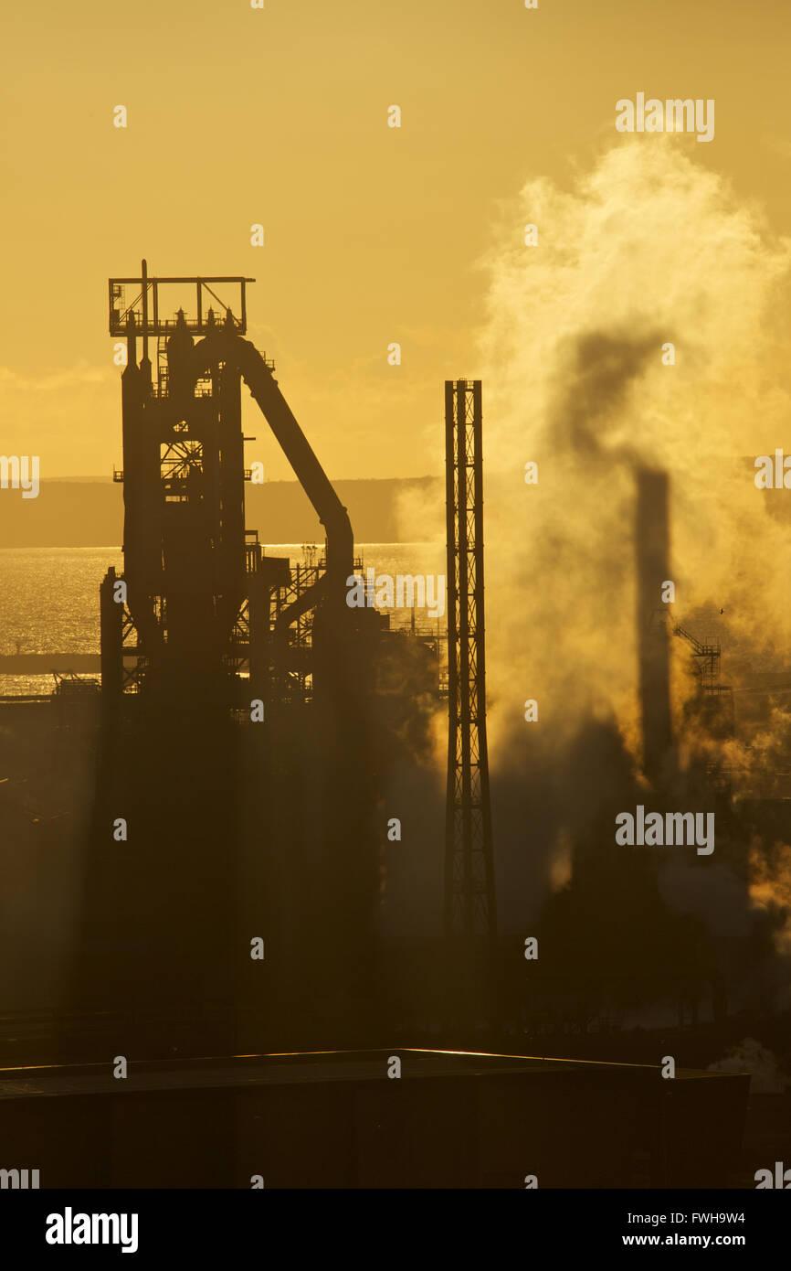 Tata Steel Works, Port Talbot, Gales del Sur, Reino Unido. El 5 de abril de 2016. Sun setts durante el Tata Steel Works, Port Talbot, en un día en que el Gobierno del Reino Unido está hopefull que puede encontrar un comprador para el amenazado de acerías. Más de 4000 puestos de trabajo están en riesgo después de Tata Steel anunció la semana pasada su intención de vender es acero sitios de trabajo en todo el Reino Unido. Crédito: Haydn Denman/Alamy Live News Foto de stock