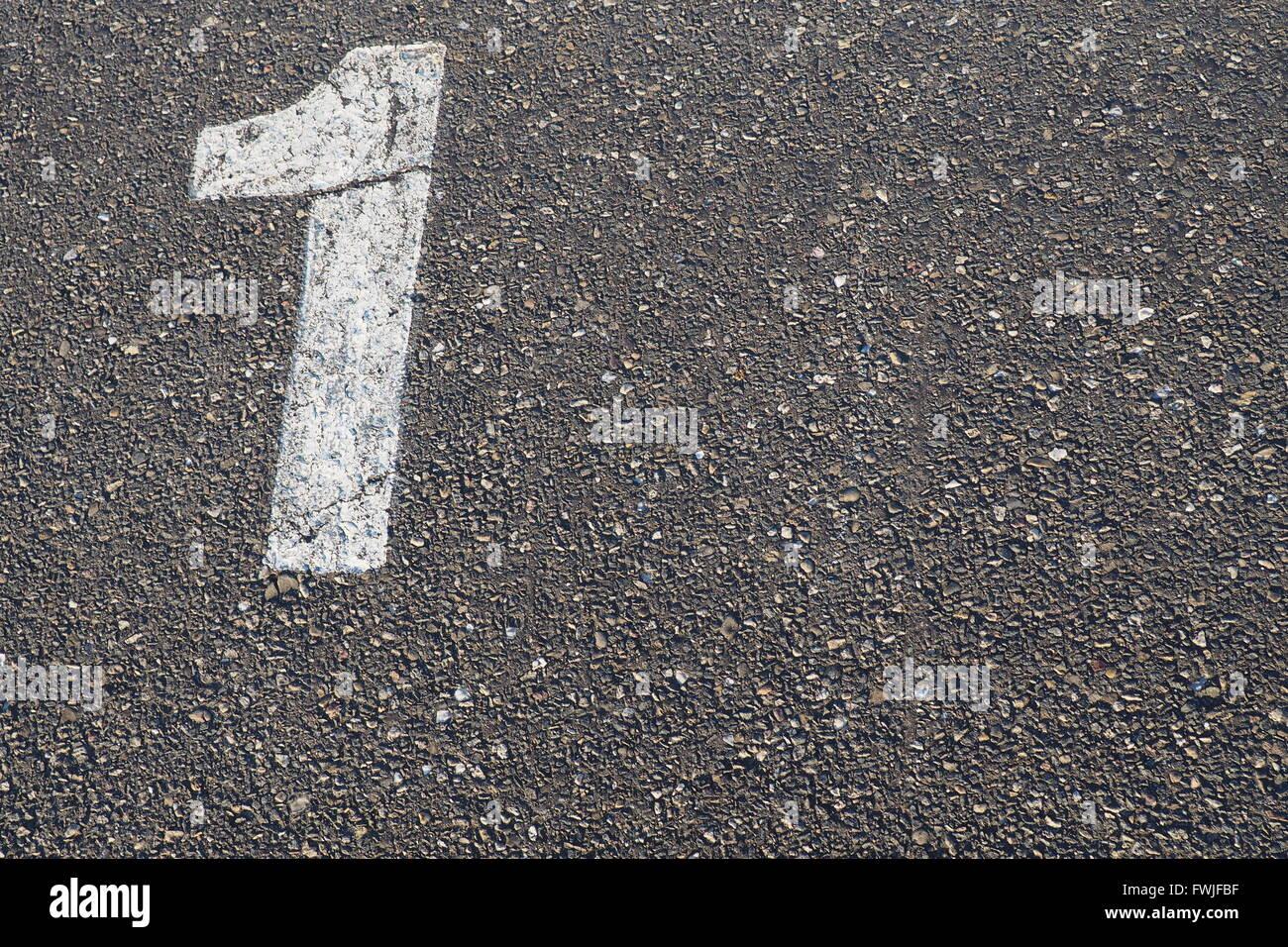 Un alto ángulo de visualización del número 1 en la carretera Imagen De Stock