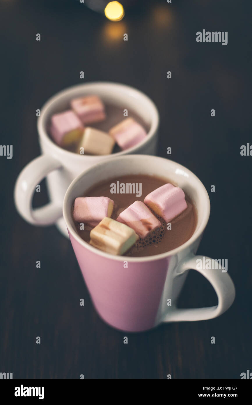 Primer plano de malvavisco en taza de chocolate caliente servido en mesa Imagen De Stock