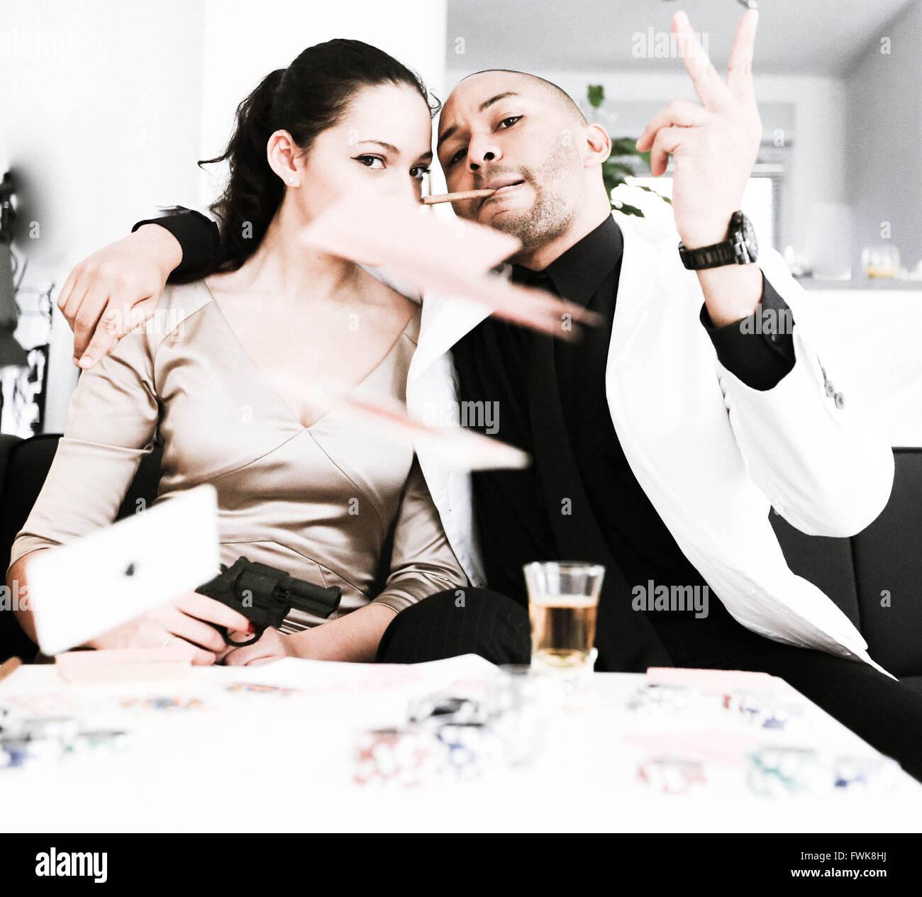 Retrato de moda Gangster amigos tirar cartas a casa Foto de stock