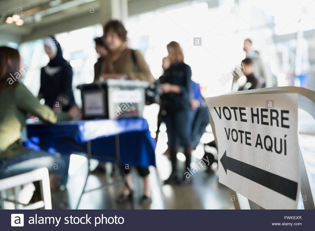 """""""Vota aquí"""" signo en lugar de votación Imagen De Stock"""