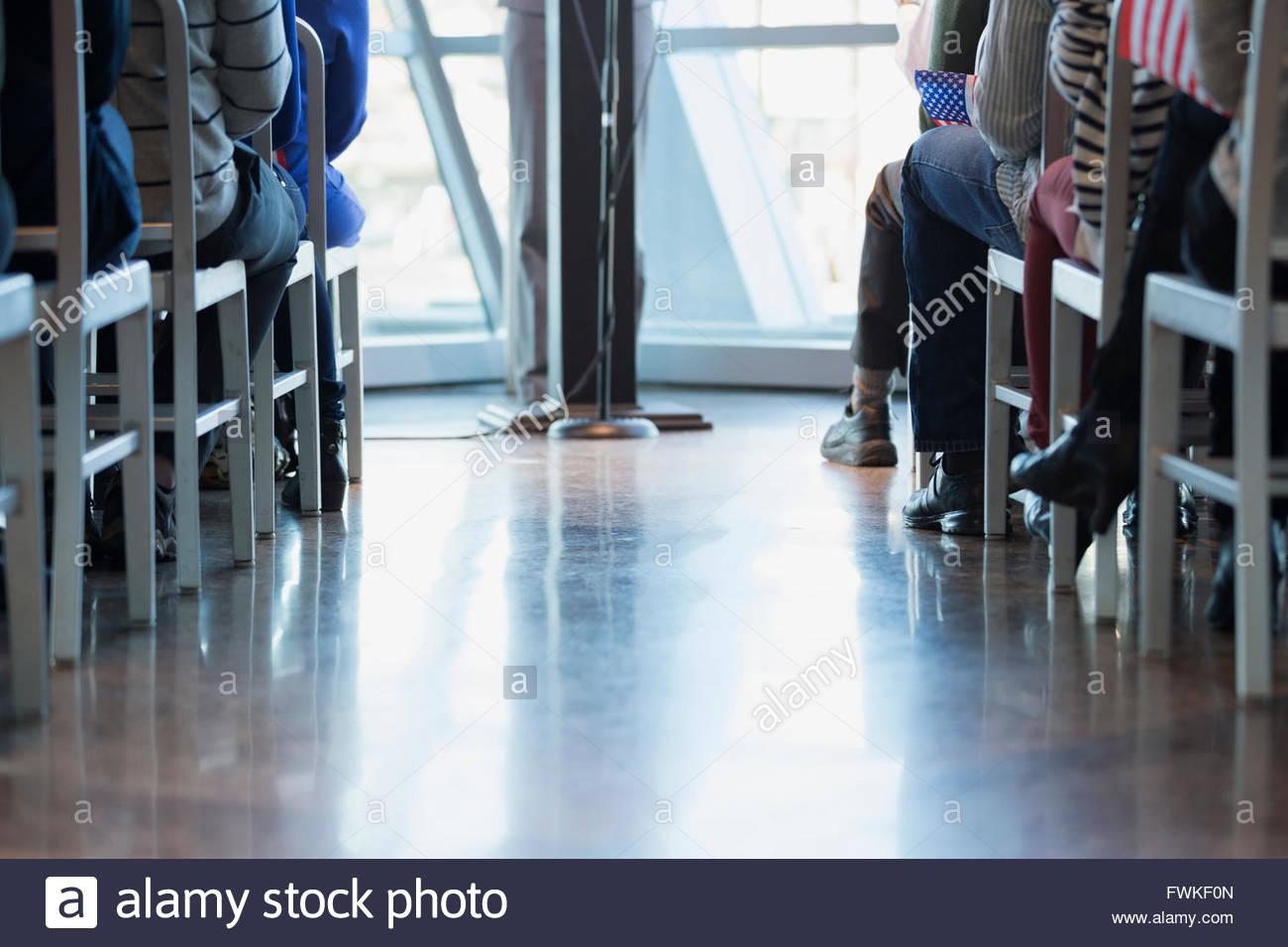 Las piernas del político y público en mitin político Imagen De Stock