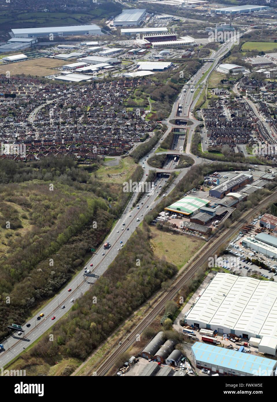 Vista aérea de la carretera A50, ya que pasa a través de Stoke-on-Trent, Staffordshire, REINO UNIDO Imagen De Stock
