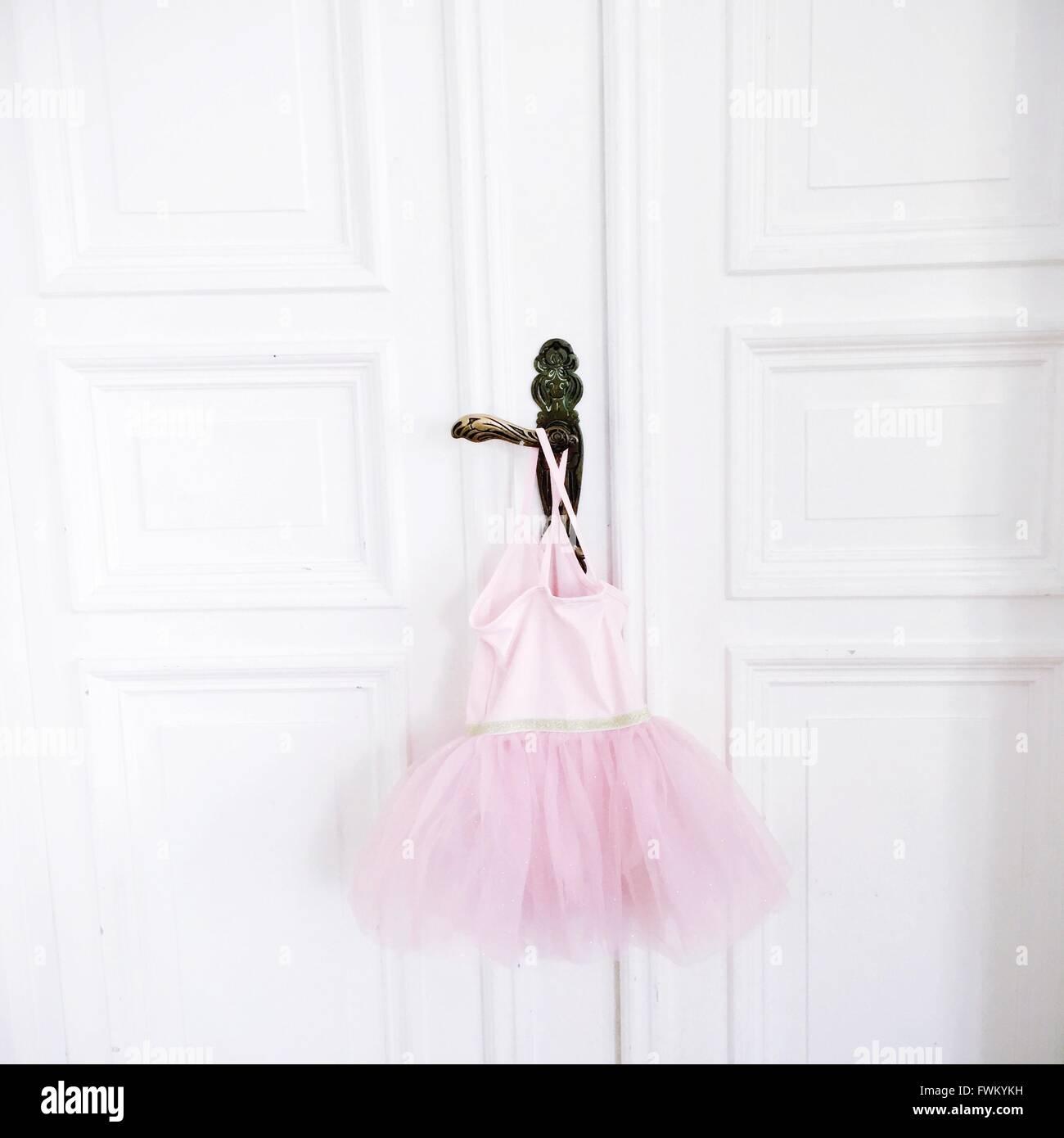 Tutu rosa colgando de la manija de la puerta Imagen De Stock