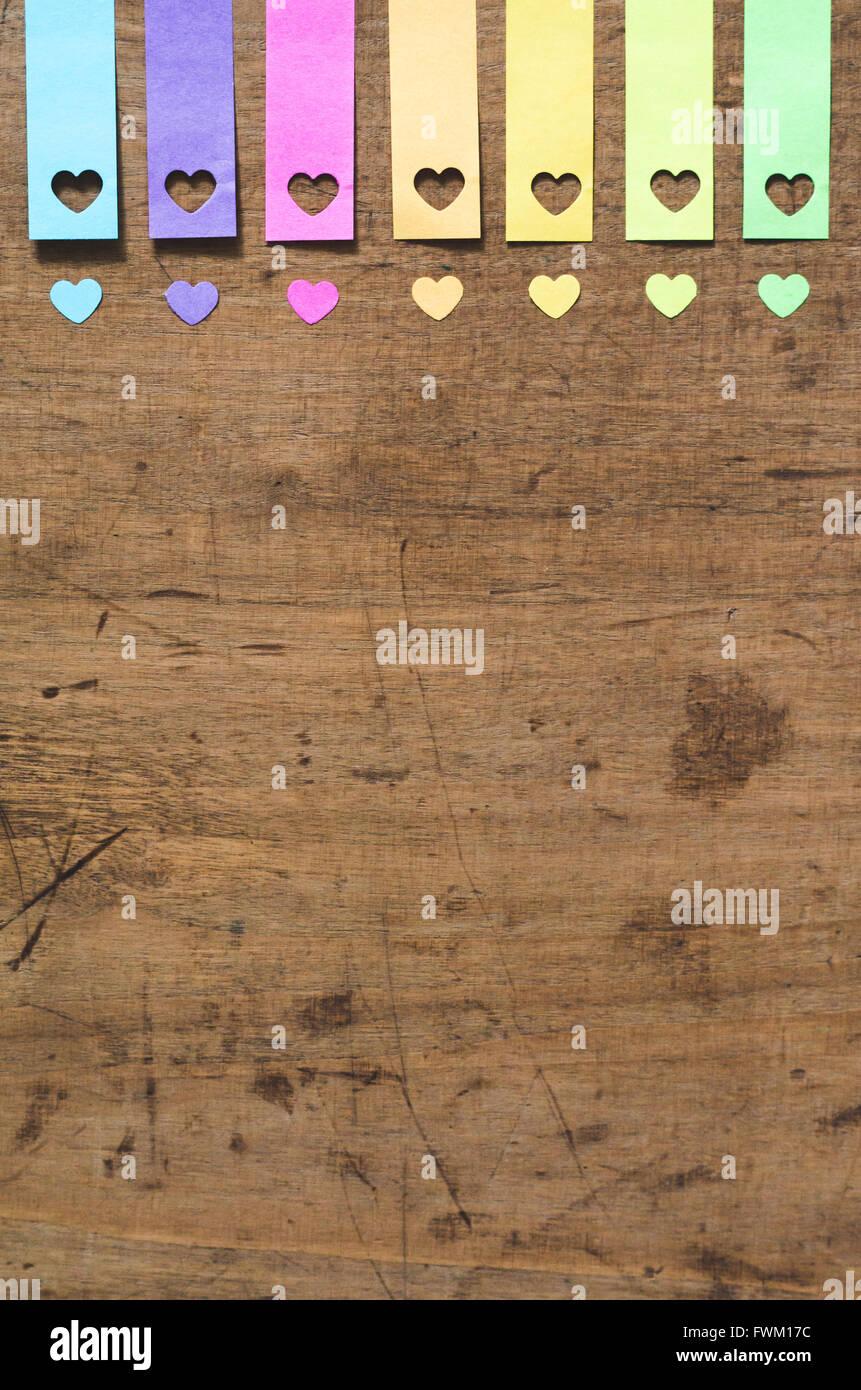 Un alto ángulo de visualización de la colorida decoración con forma de corazón en la mesa Imagen De Stock