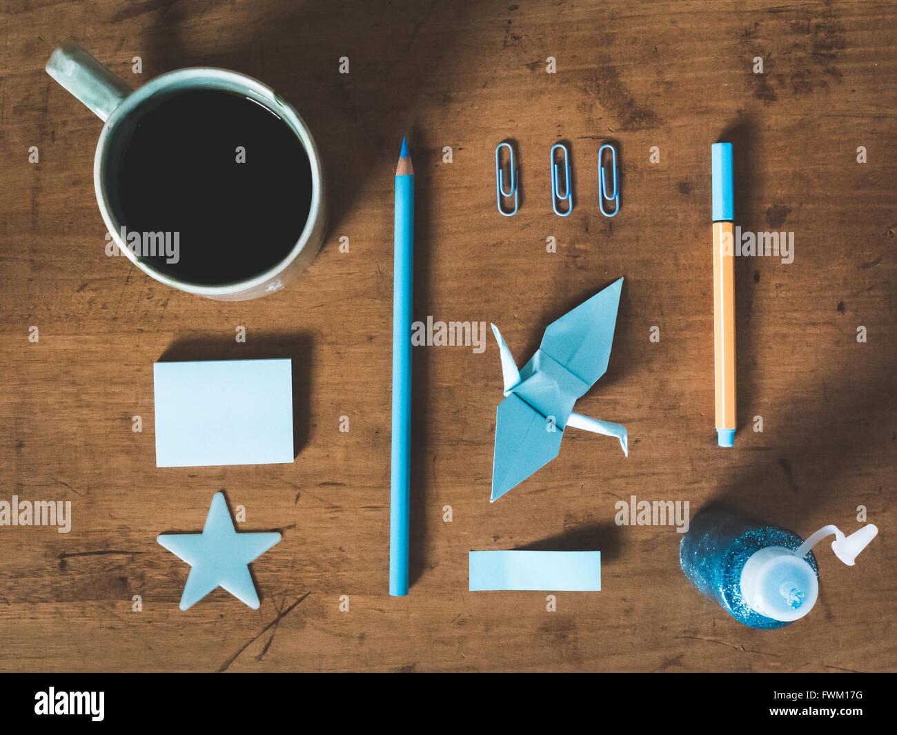 Directamente encima de disparo de los equipos y la taza de café en la mesa Imagen De Stock