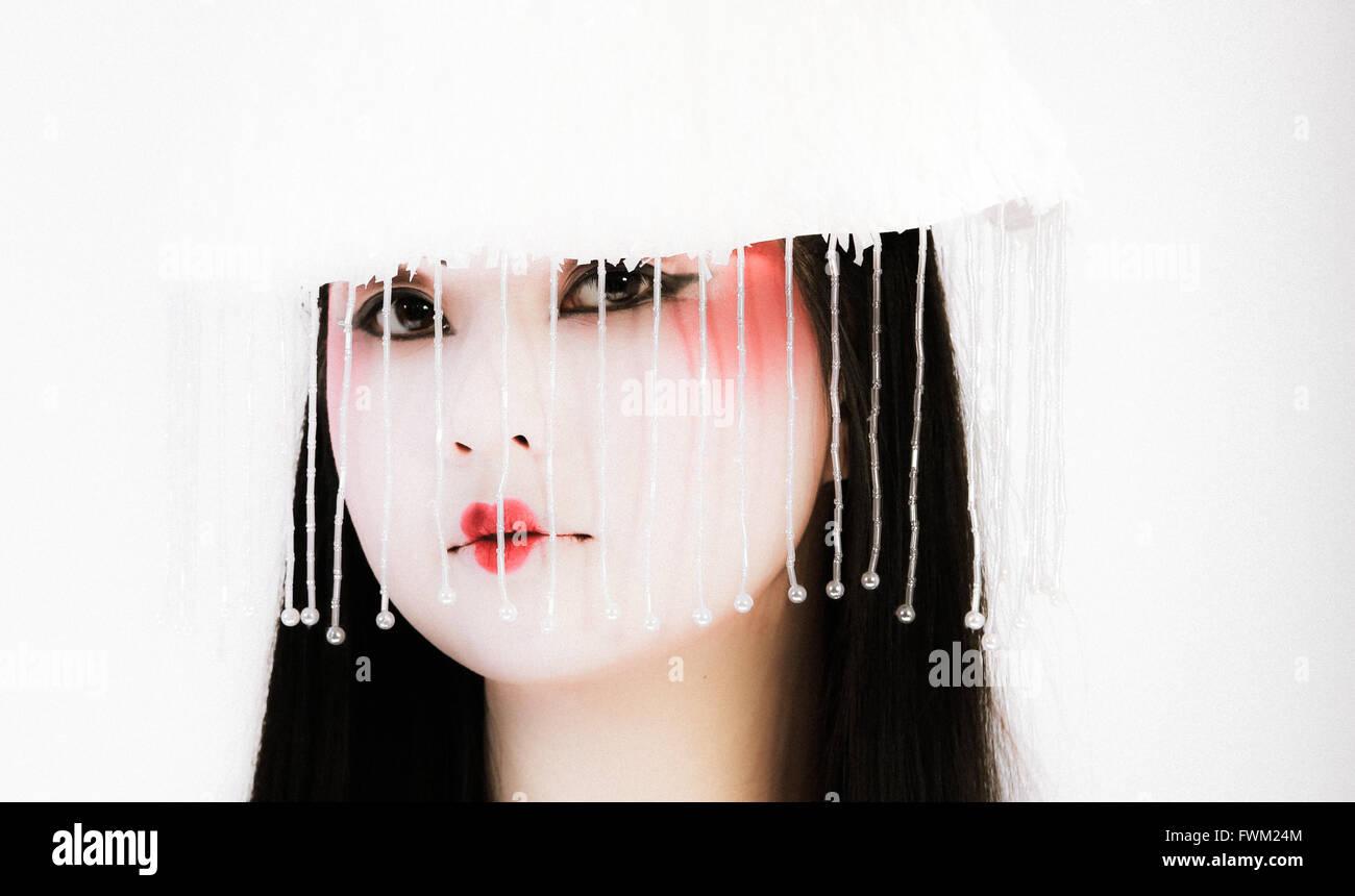 Retrato de mujer hermosa fruncir los labios mientras lleva el sombrero blanco Foto de stock
