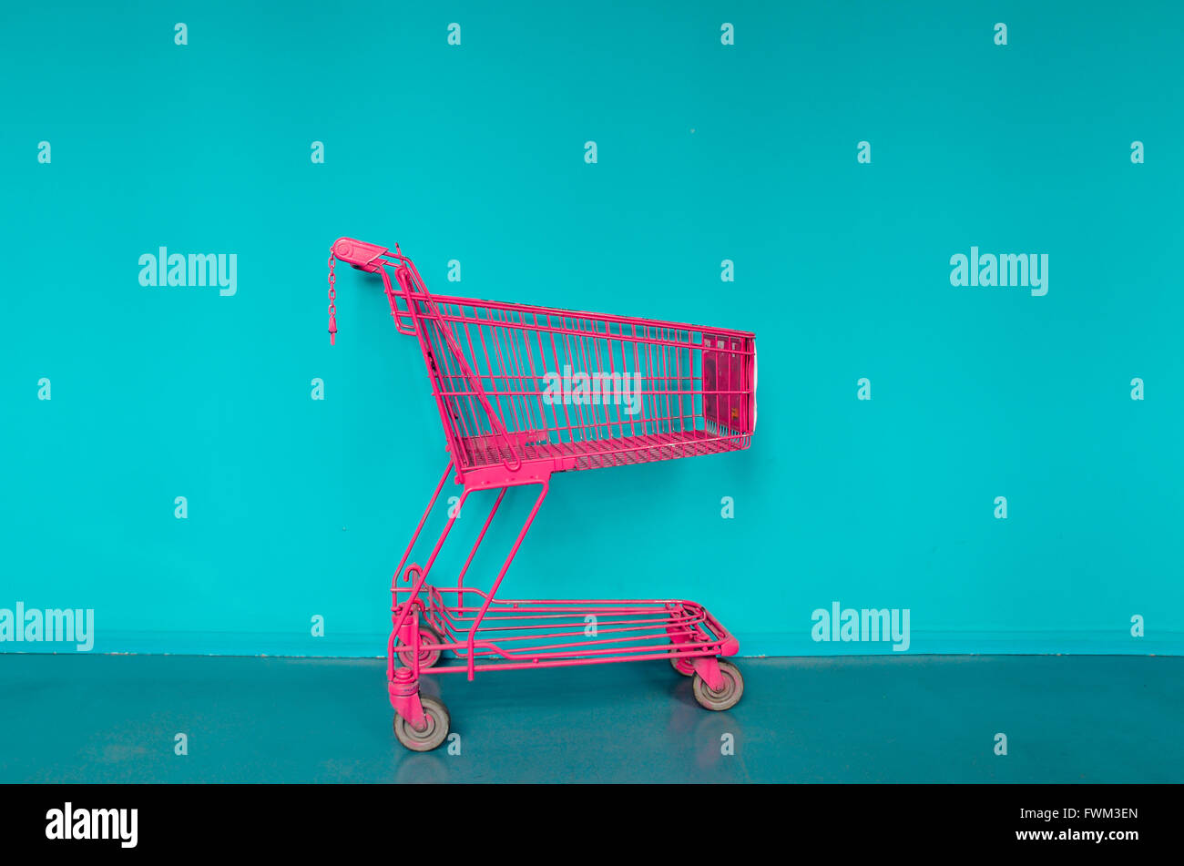 Compras Contra la pared azul Imagen De Stock