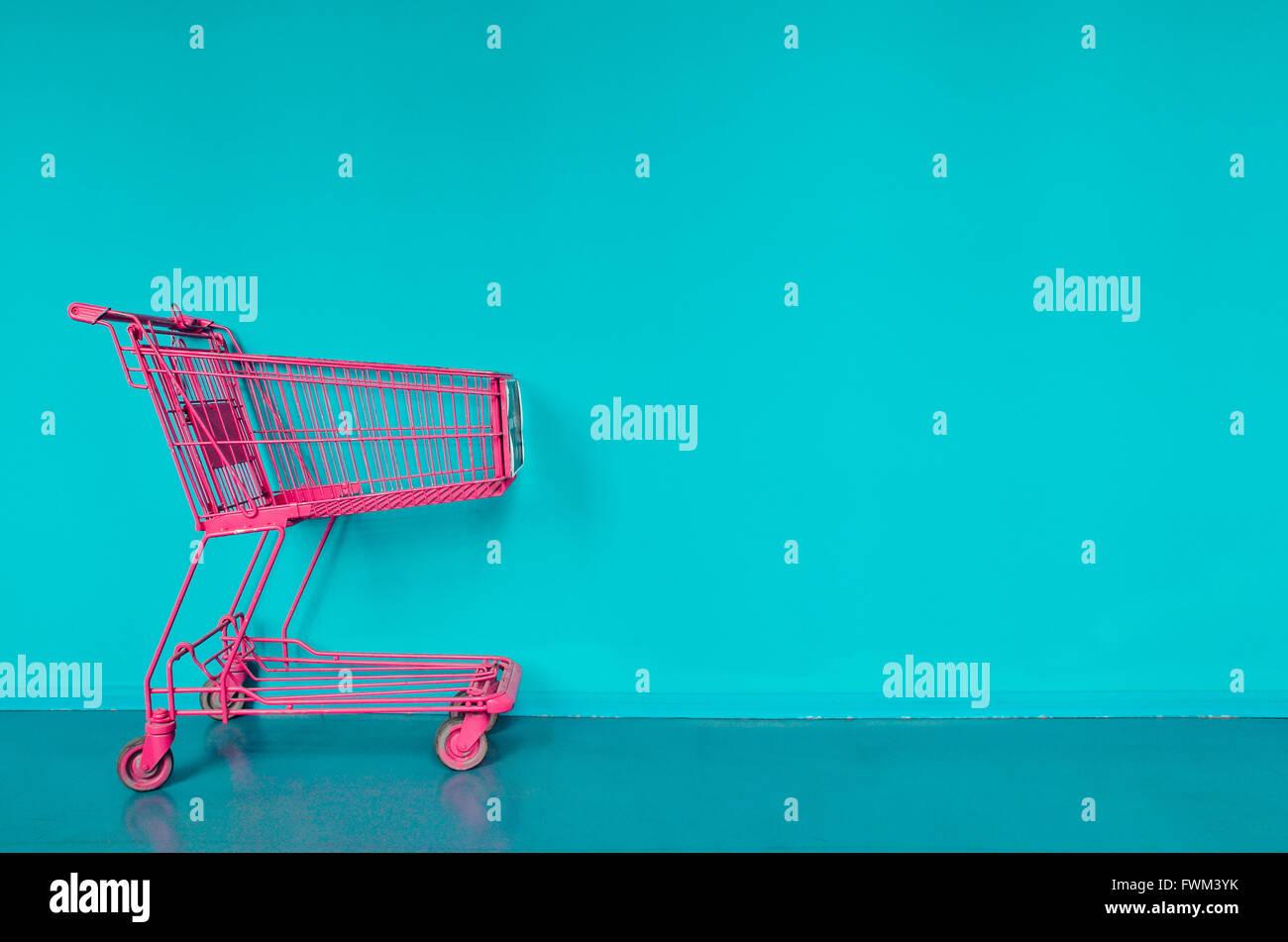 Pink Compras Contra la pared turquesa Imagen De Stock