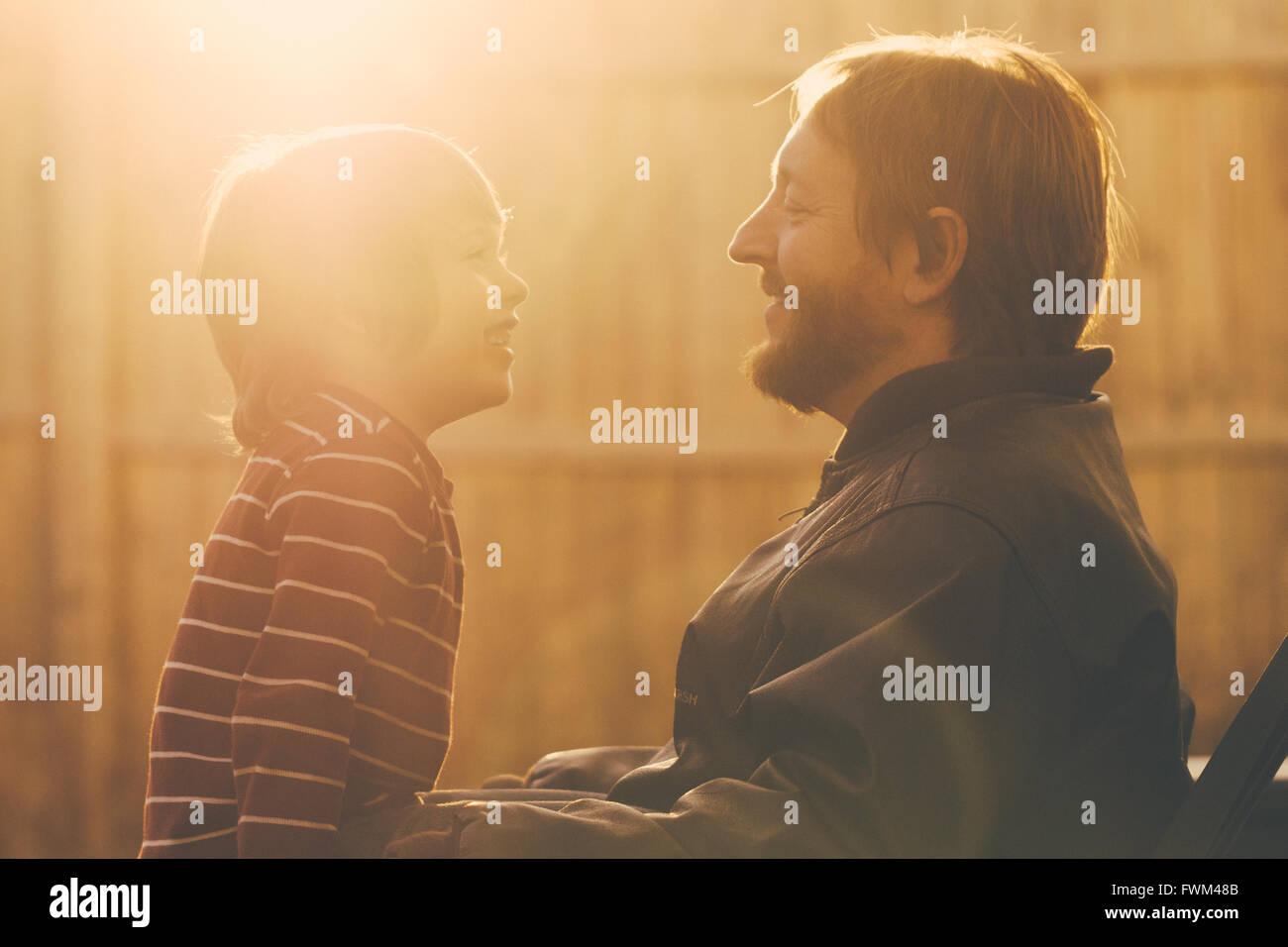 Padre feliz con el Hijo en la mañana Imagen De Stock