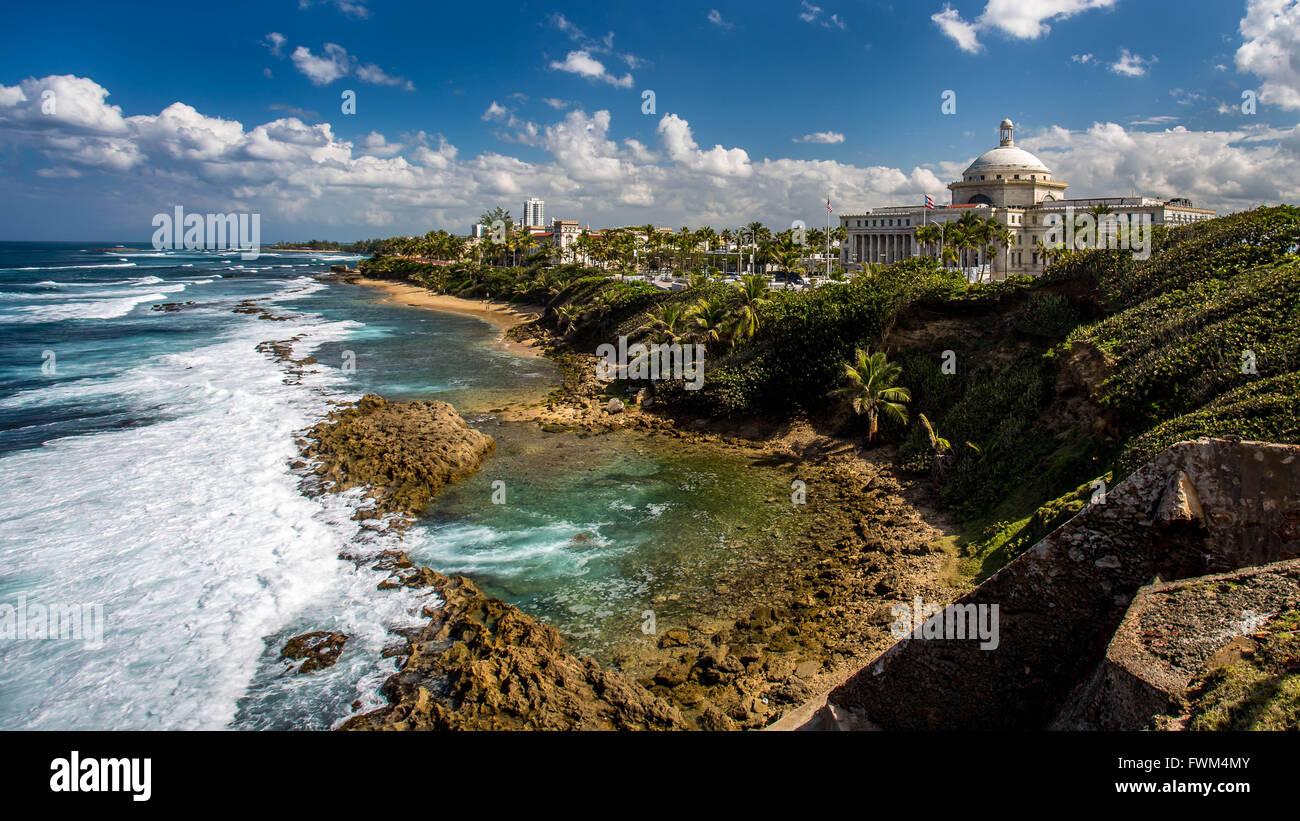 El Capitolio de Puerto Rico por mar contra Sky Imagen De Stock