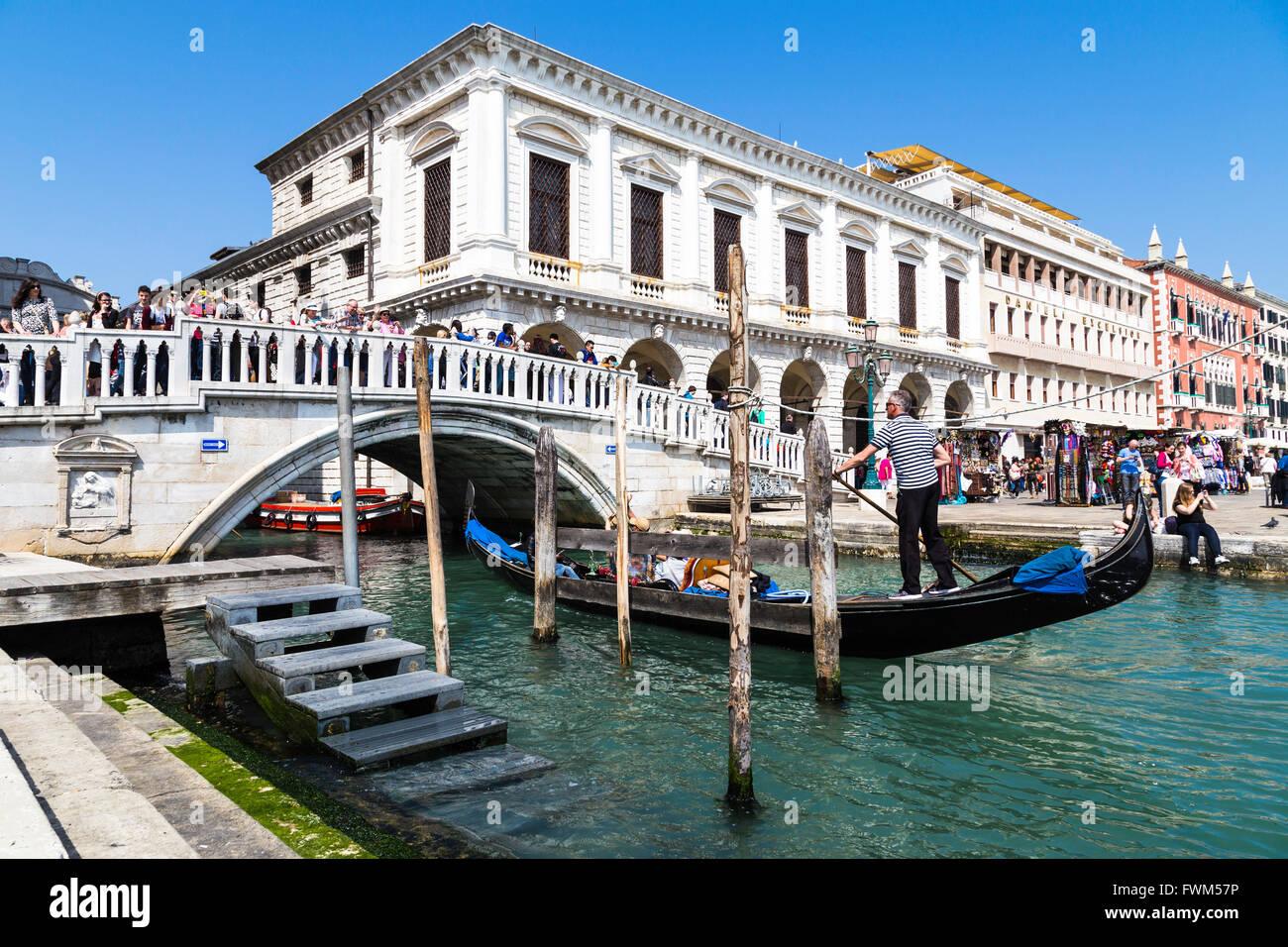 Remo gondolero tradicional a través de los canales. Viaje durante el paseo en góndola en Venecia, Italia. Imagen De Stock