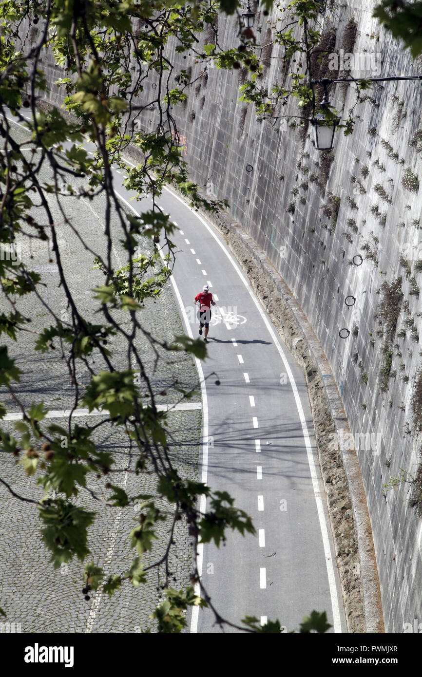 Corredor en pista de atletismo junto a río Tevere, en Roma, Italia Imagen De Stock