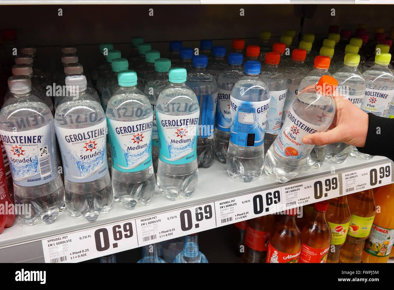 Selección de aguas minerales Gerolsteiner en un supermercado REWE Imagen De Stock