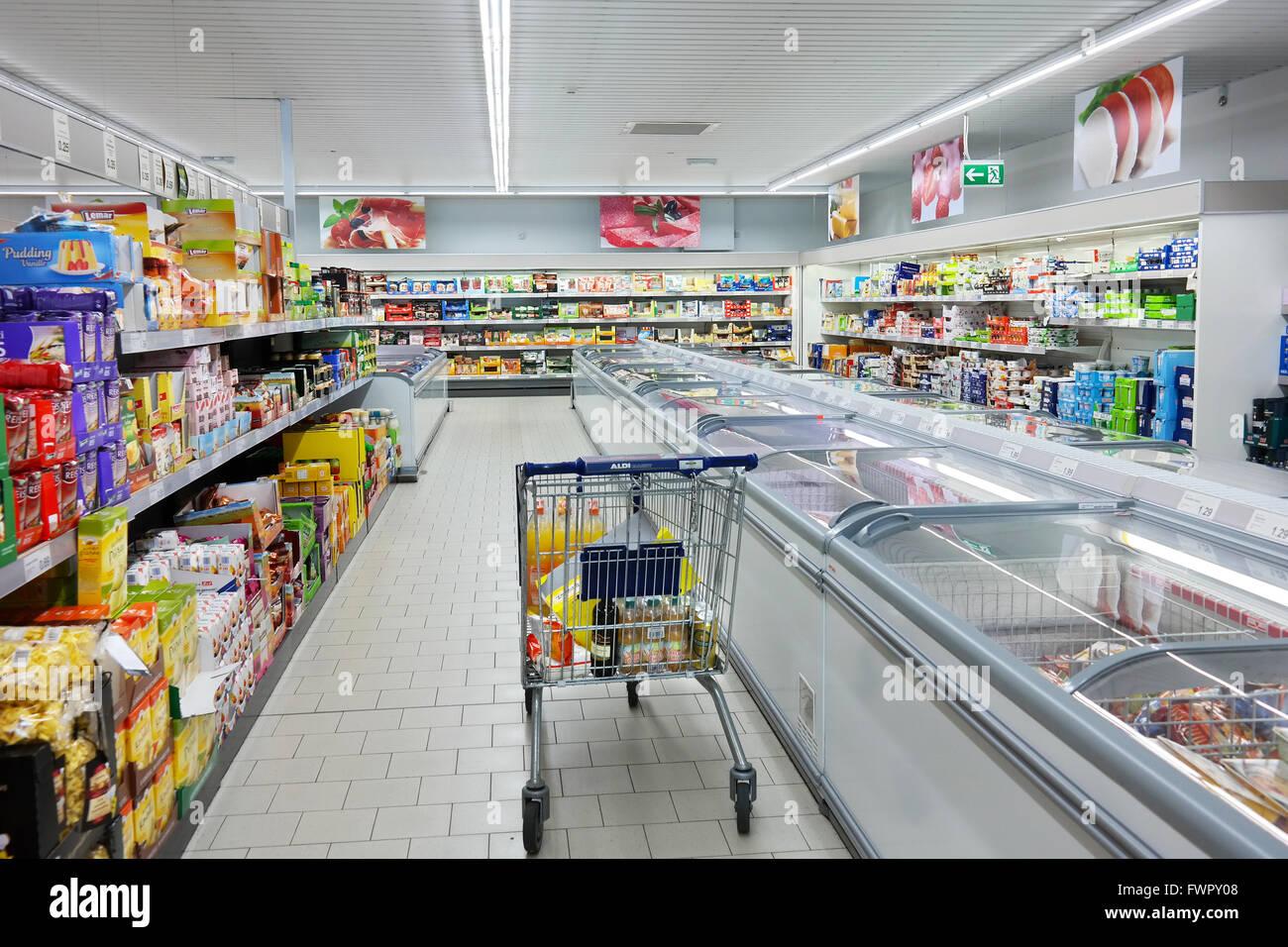 Interior con compras de un supermercado Aldi. Foto de stock