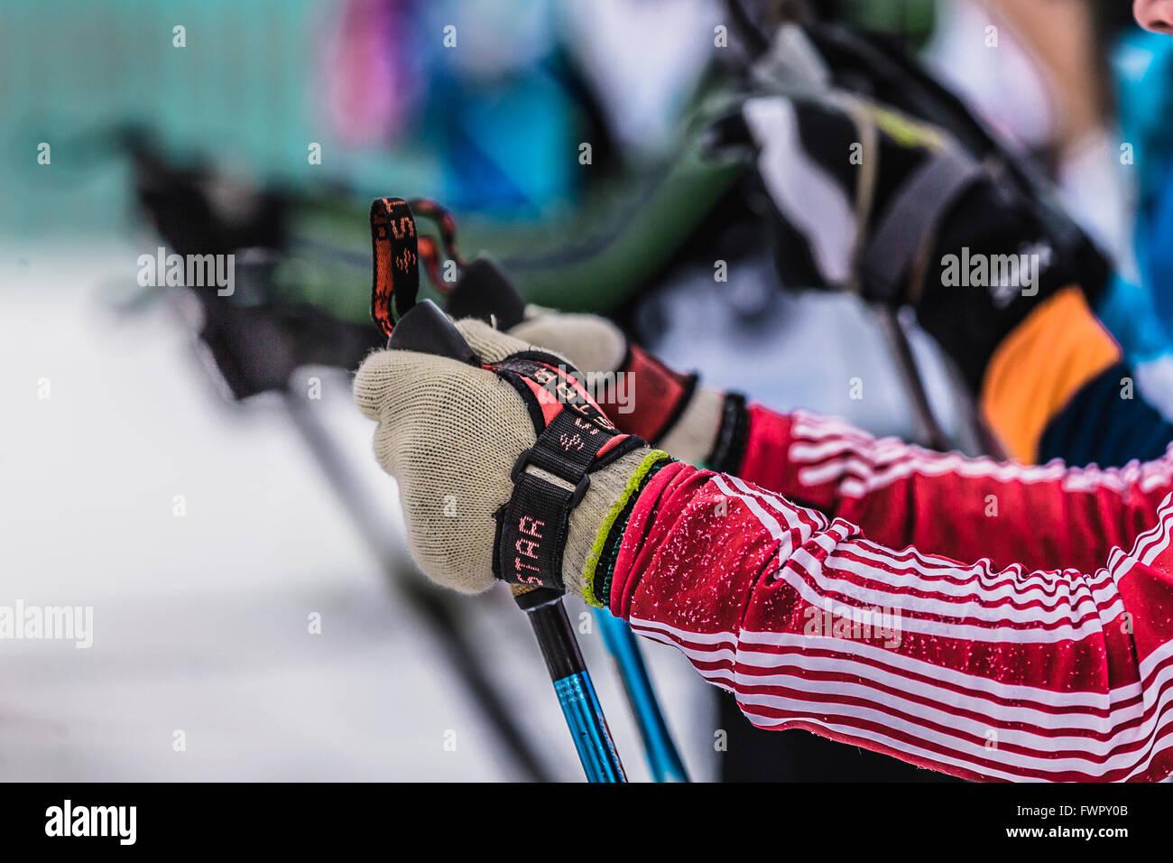Kyshtym, Rusia - 26 de marzo de 2016: Misa de comienzo de los esquiadores atletas, acercamiento de manos y bastones Imagen De Stock