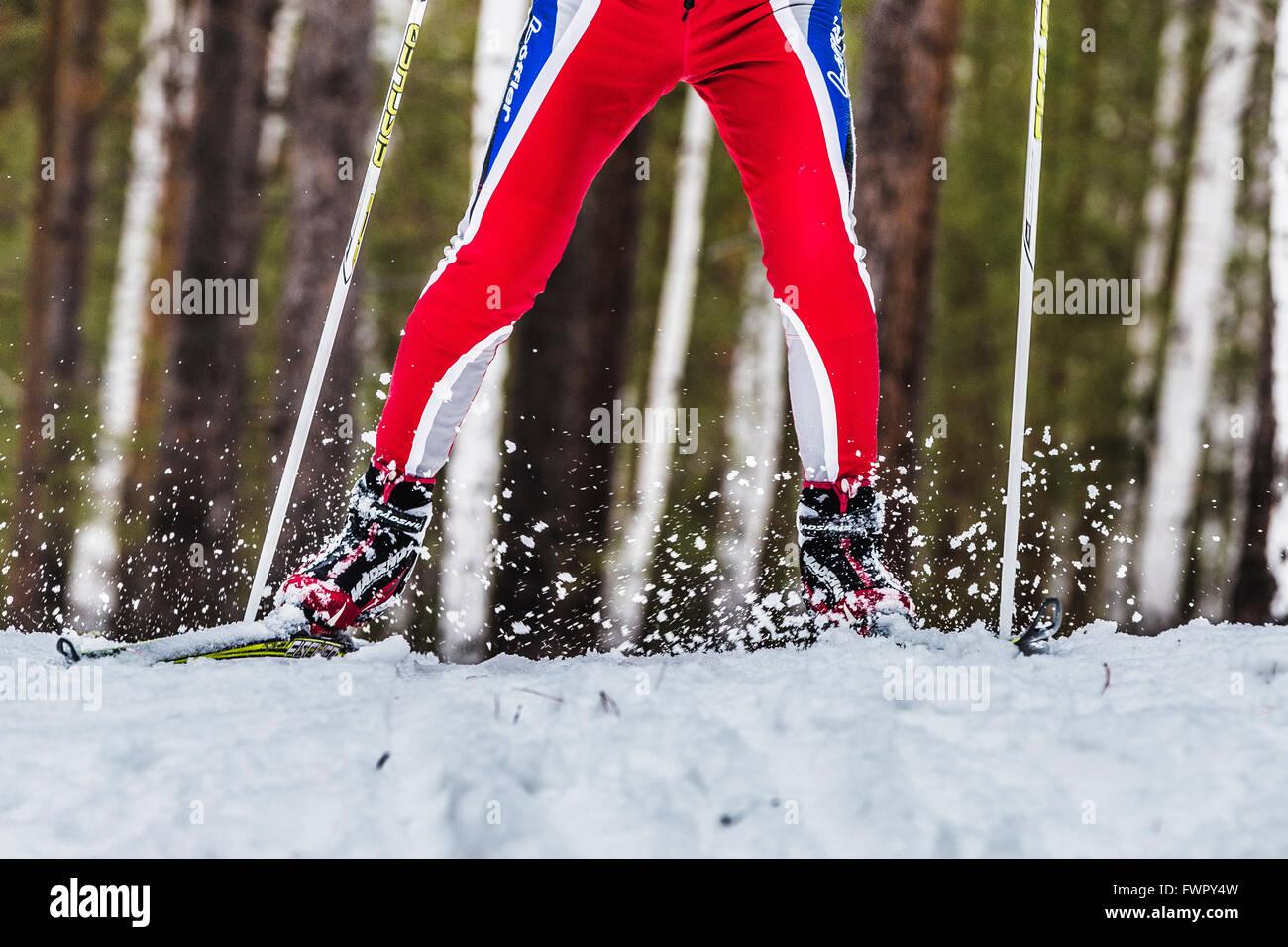 Kyshtym, Rusia - Marzo 26, 2016: closeup pie esquiador masculina aerosoles de nieve bajo durante campeonato de esquí Imagen De Stock