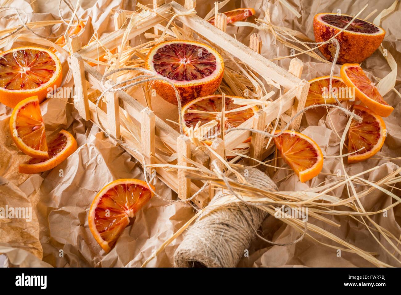 Las naranjas de sangre en papel de envolver con cadena Imagen De Stock