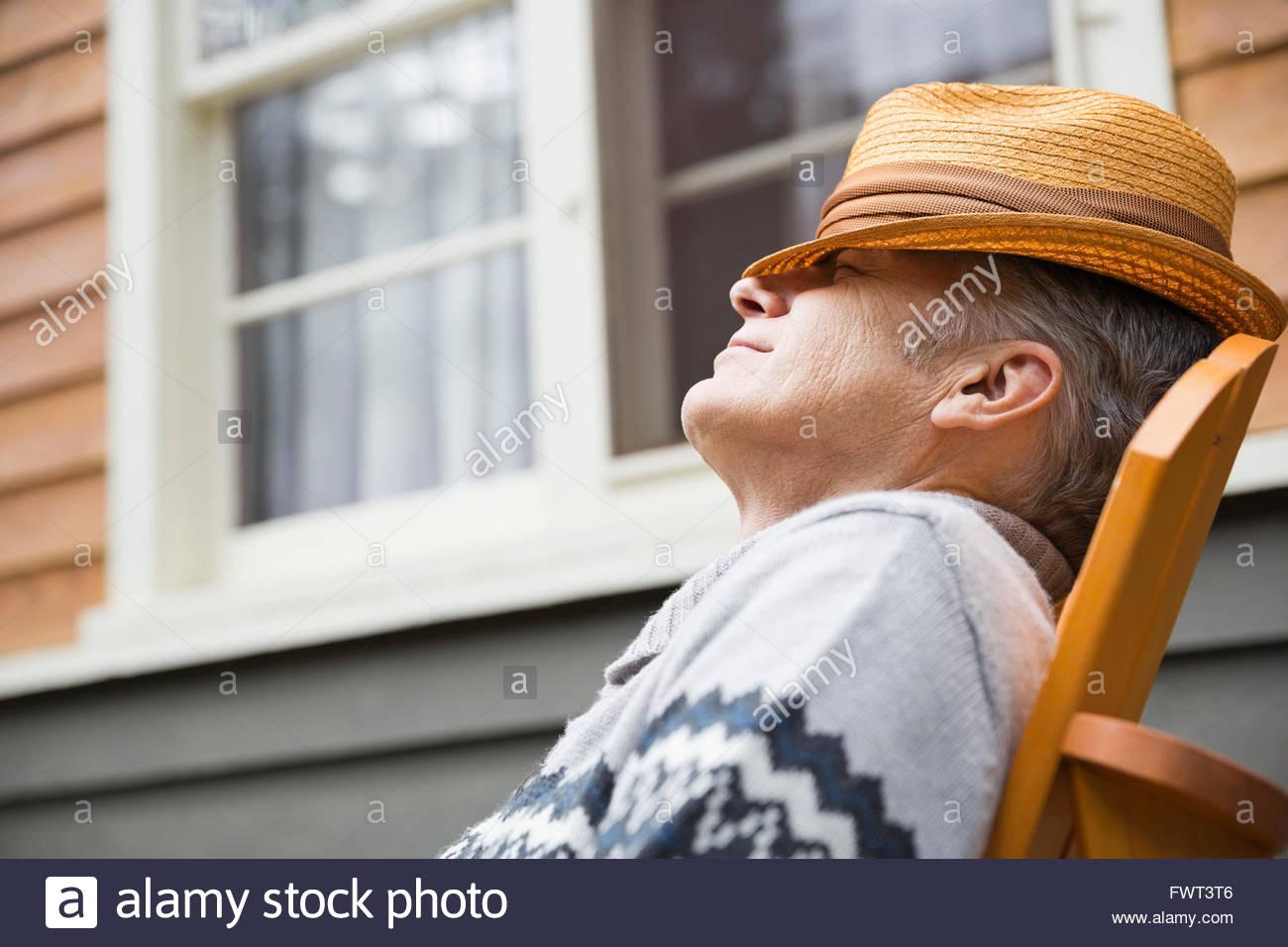 Hombre de mediana edad relajándose fuera Imagen De Stock