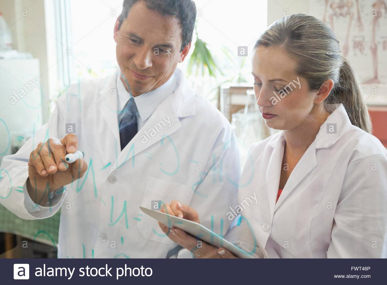 Macho y hembra de los médicos que trabajan en el laboratorio Imagen De Stock