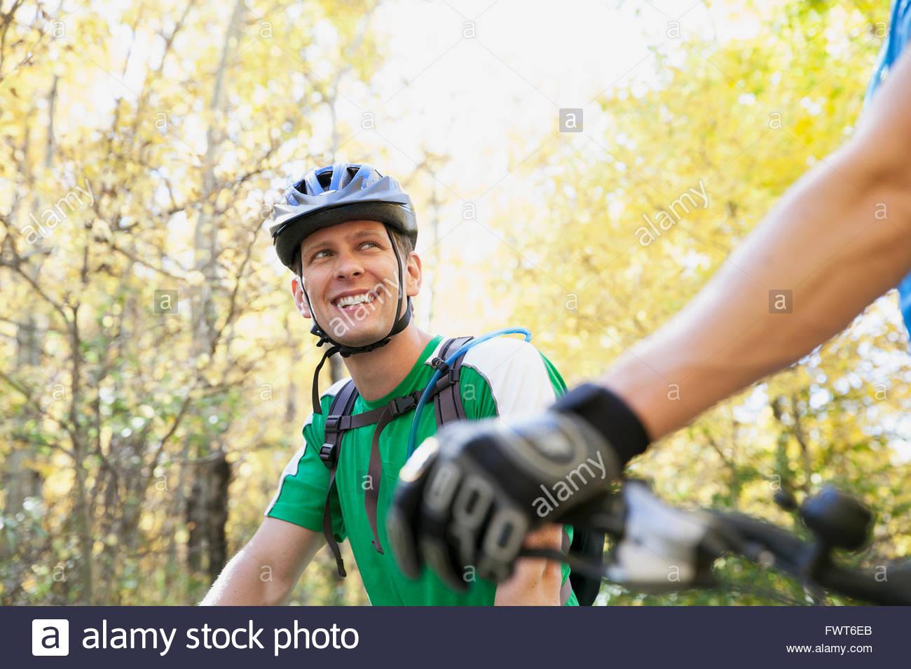 El hombre volviendo a mirar ciclismo partner. Imagen De Stock