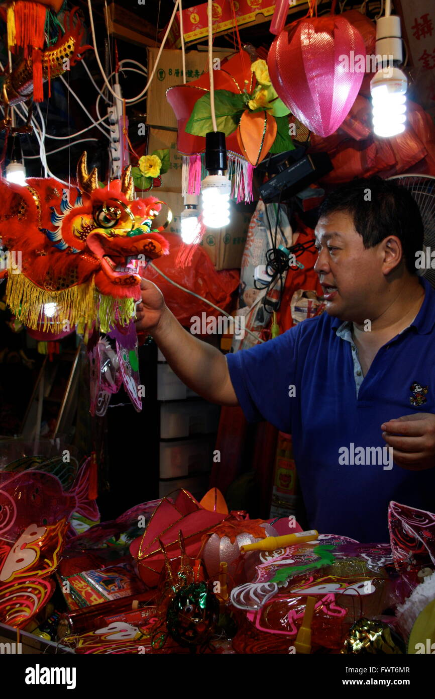 Un hombre vendiendo linternas como parte de la Linterna Mid-Autumn Festival en Hong Kong Foto de stock