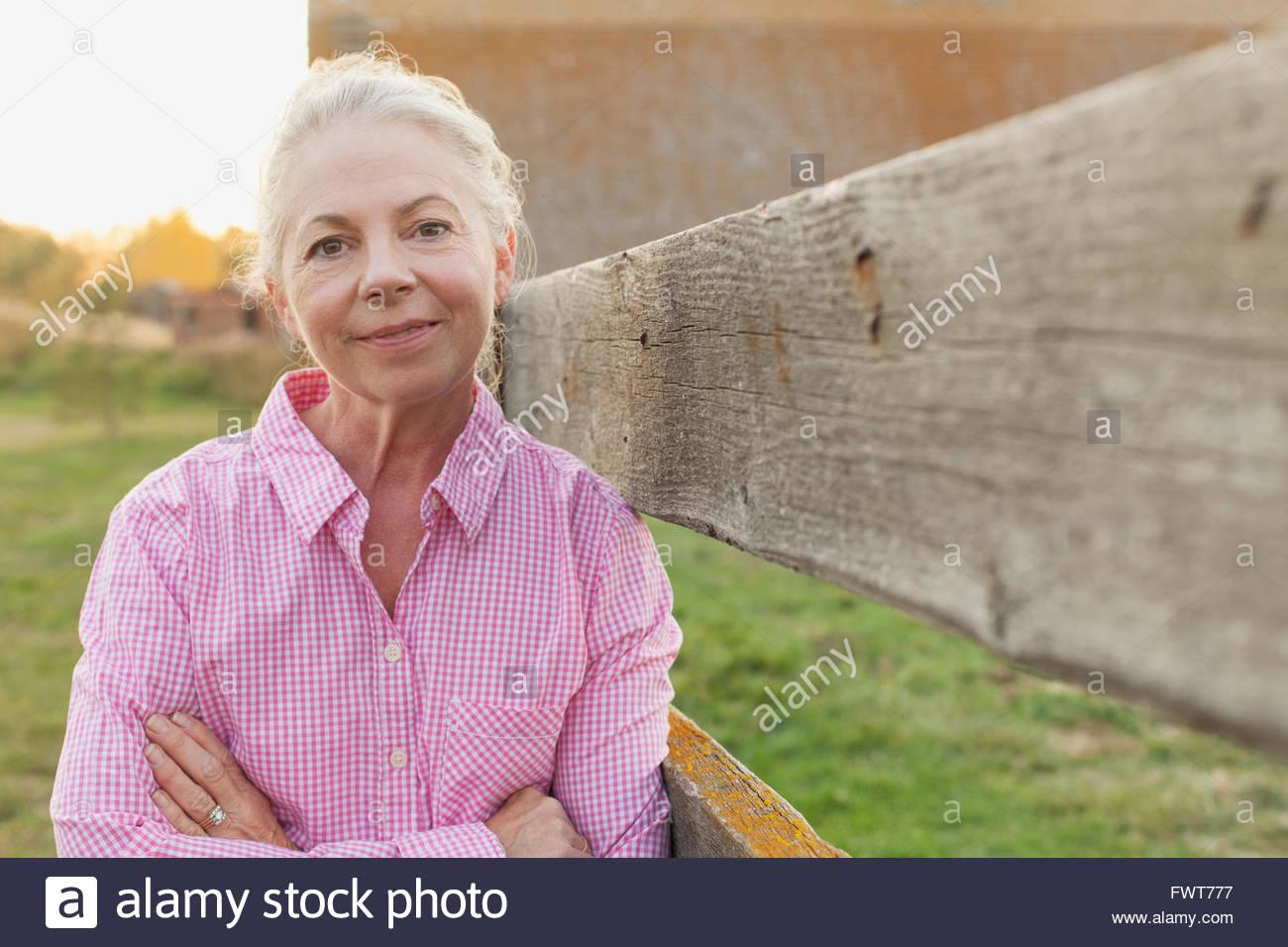 Retrato de mujer de mediana edad por una valla. Imagen De Stock
