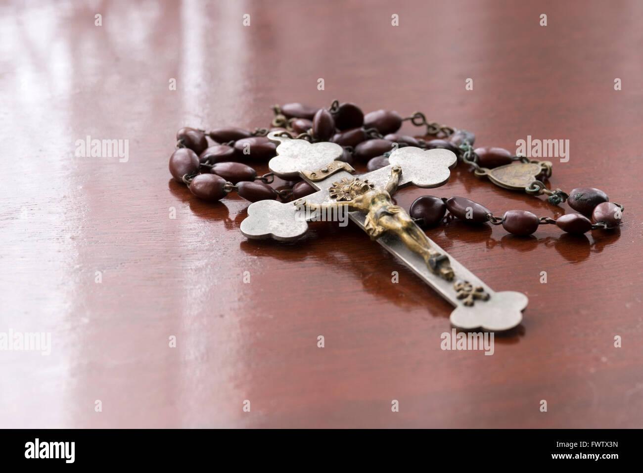 Antique rosario con crucifijo fotografiado con copia de la SANTA BIBLIA Imagen De Stock