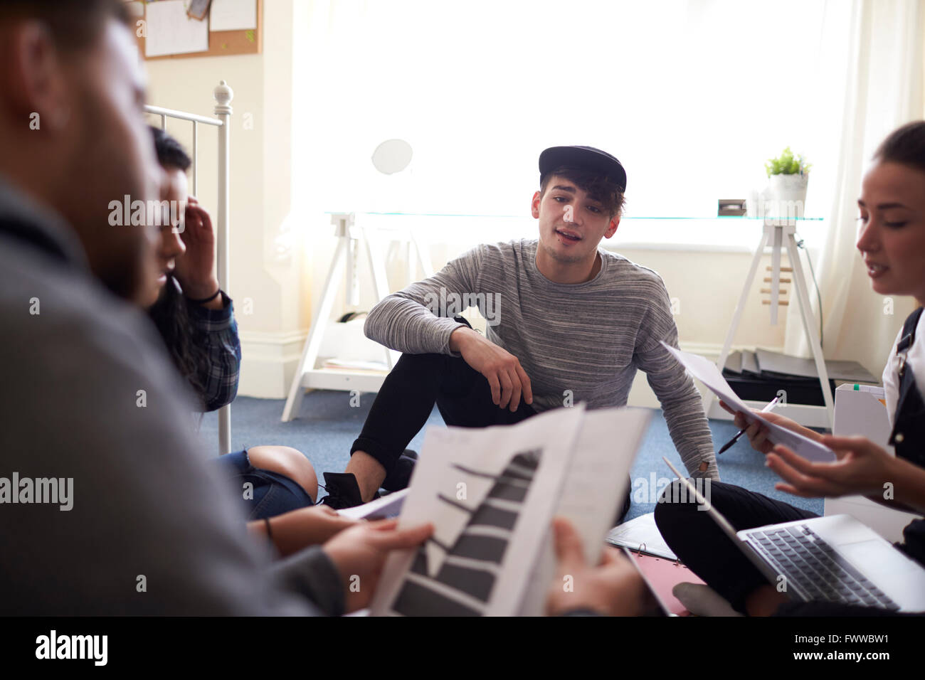 Grupo de Estudiantes colaborando en el proyecto juntos Imagen De Stock