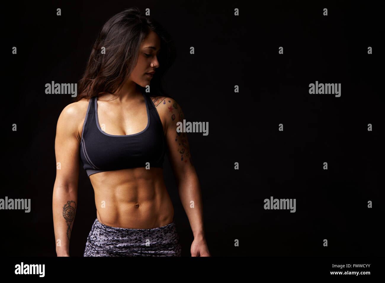 Morenaza mujer en ropa deportiva mirando hacia abajo, Retrato Imagen De Stock