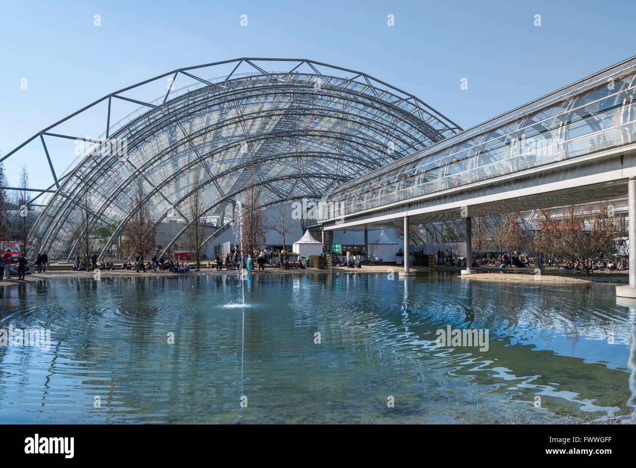 Comercio justo con estanque y pasarela, Neue Messe vidrio trasero hall, la feria del libro de Leipzig, Sajonia, Imagen De Stock