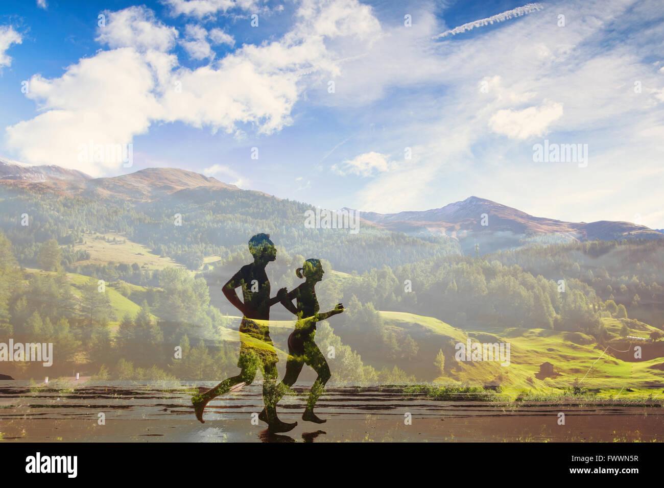 Doble exposición de dos corredores, eco trail en la competición de la naturaleza, el deporte, el triatlón o maratón Foto de stock