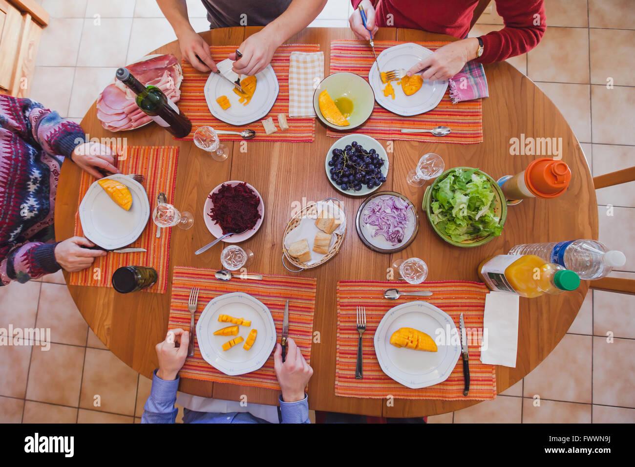 En el almuerzo de la familia comiendo entremeses, aperitivos, vista superior de la tabla con los alimentos Imagen De Stock