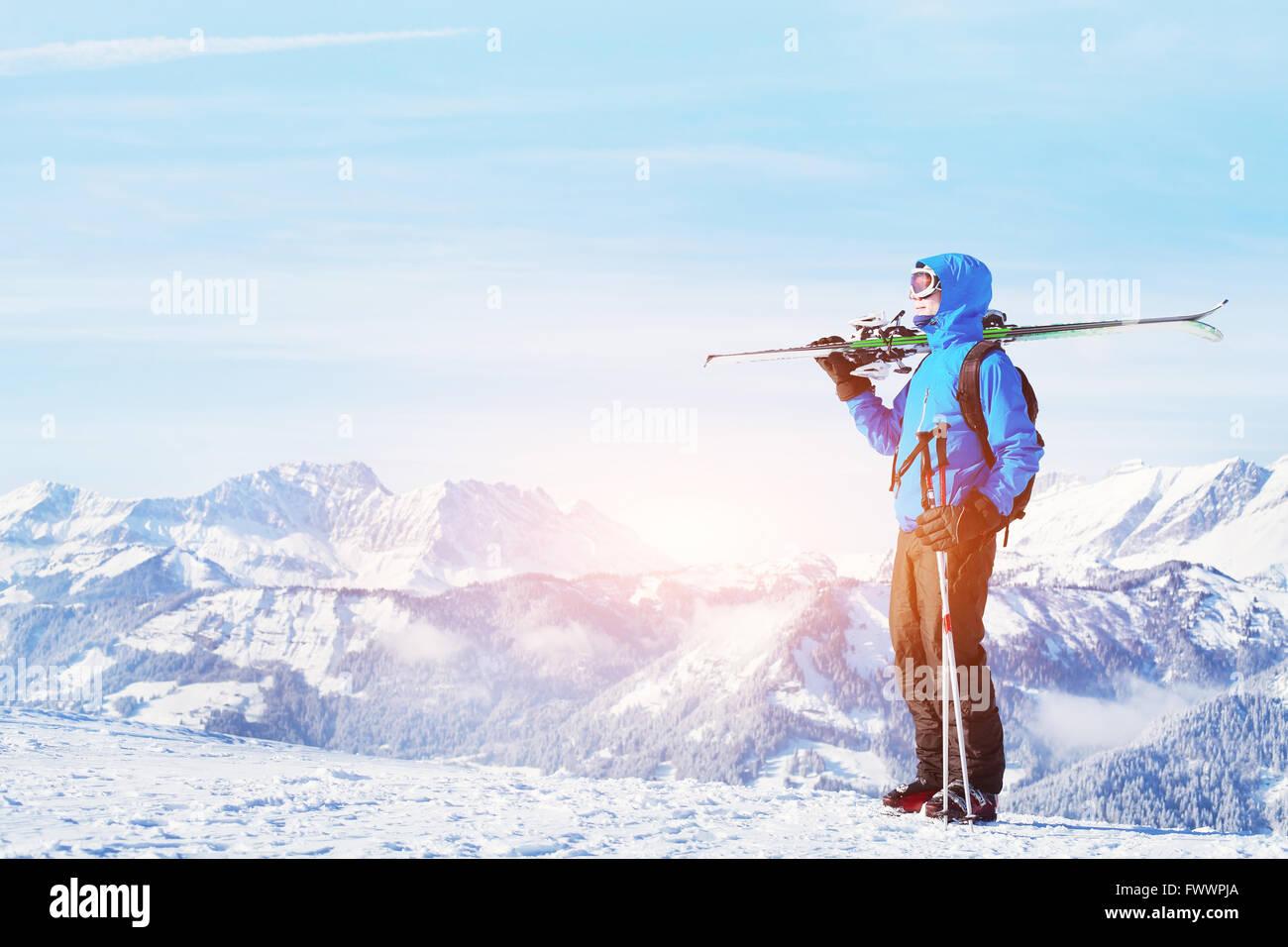 Vacaciones de invierno, el esquí fuera de pista en las montañas, hermosas antecedentes Imagen De Stock