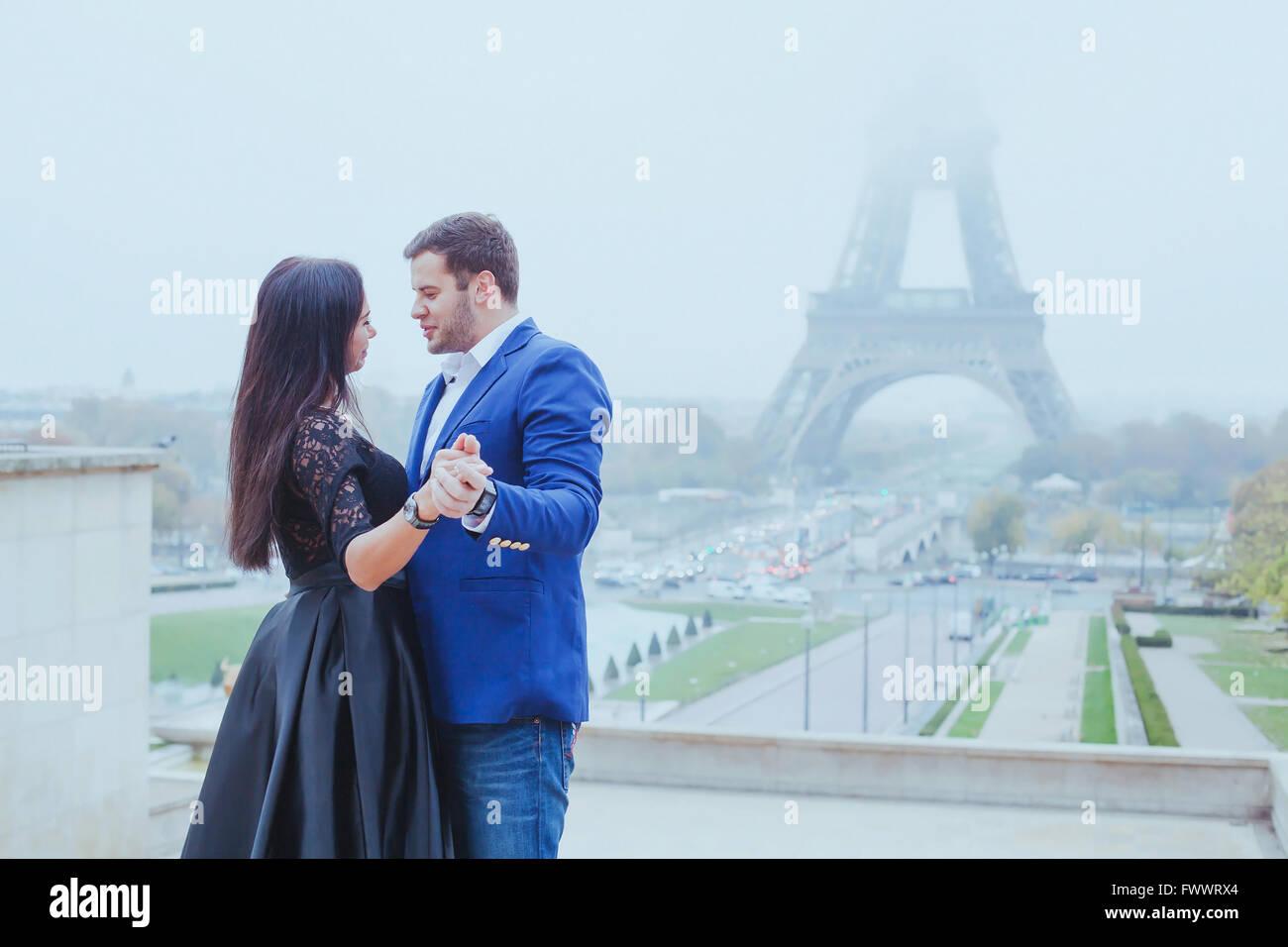 Momento romántico cerca de la torre Eiffel, el retrato de una pareja en el amor Imagen De Stock