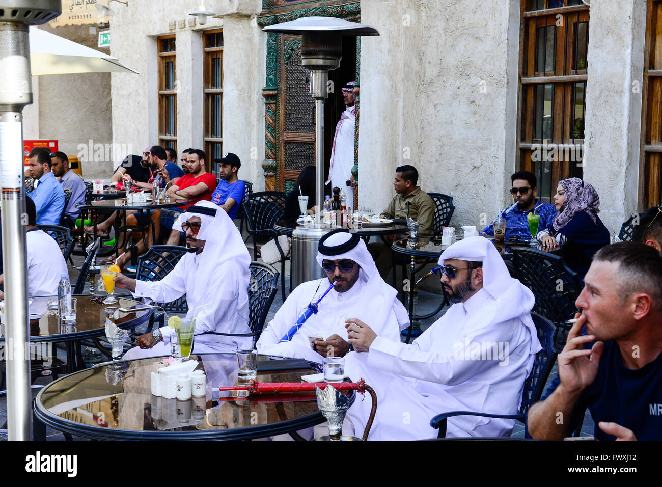 QATAR, Doha, Bazar Souq Waqif, el jeque en shisha café / KATAR, Doha, Souk Wakif Scheichs basar, en Shisha Imagen De Stock