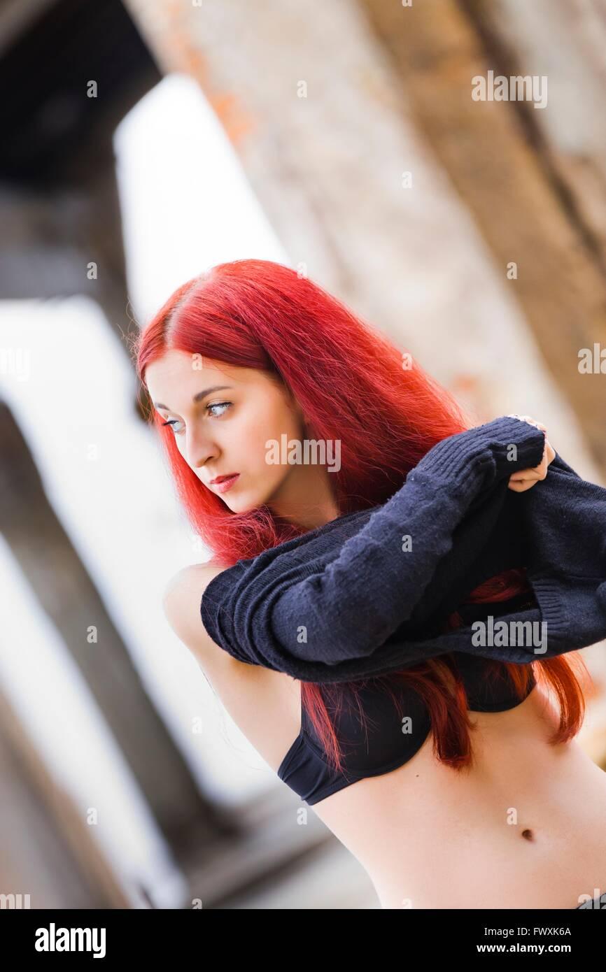 Pelirroja Mujer Desvistiéndose Baring Afuera Solo La Gente De Pie
