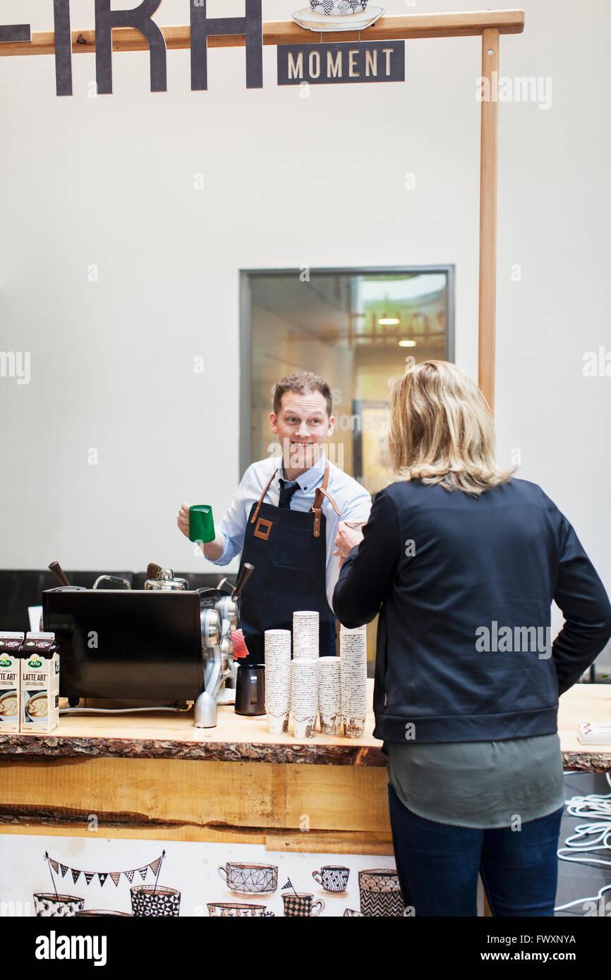Suecia, Barista trabajando en el cafe Foto de stock