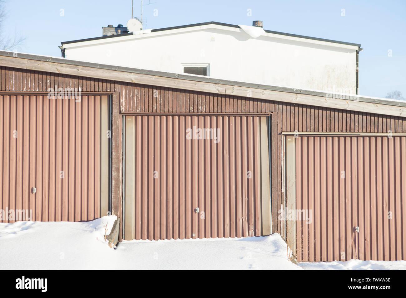 Suecia, Vastergotland, Lerum, primerísimos de tres puertas de garajes adyacentes Foto de stock