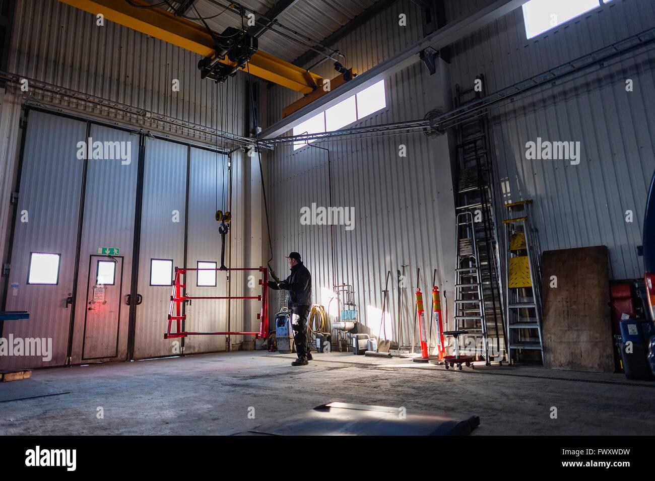Suecia, adolescente (16-17) bastidor metálico de pulverización de pintura en el taller Imagen De Stock