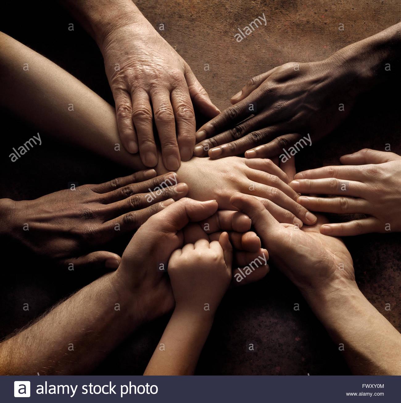 Cerca del pueblo de manos sosteniendo juntos Imagen De Stock