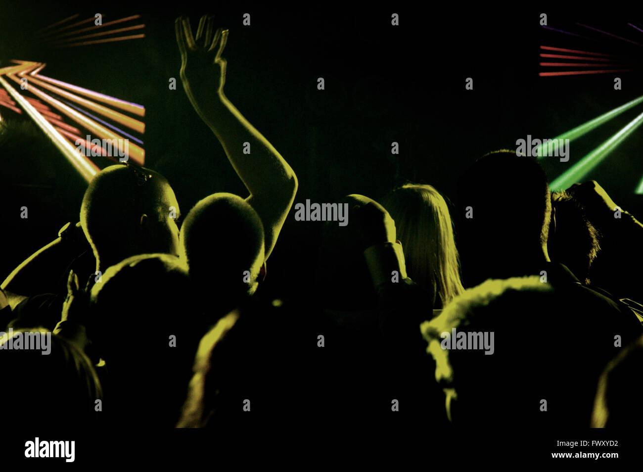 Finlandia, Pirkanmaa, Tampere, siluetas de personas en club nocturno Imagen De Stock
