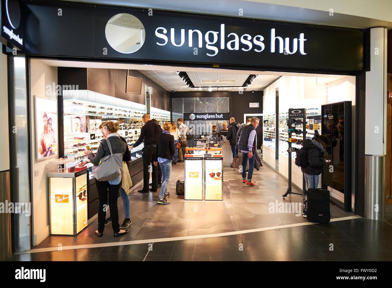 2b2f852e11 Cabaña de gafas de sol Tienda Duty Free de la Terminal Norte de Gatwick  Airport West