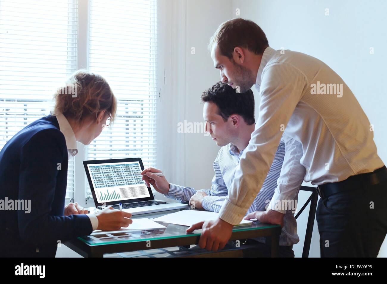 El trabajo en equipo, reuniones de empresa, grupo de trabajo sobre el plan financiero Imagen De Stock